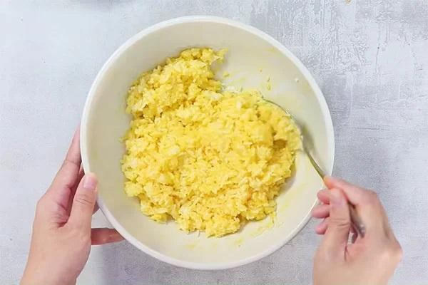 Trộn Trứng Vào Cơm Trước Khi Chiên