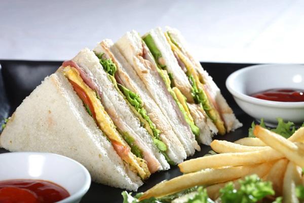 Bánh Mì Sandwich Kẹp Trứng Và Xúc Xích