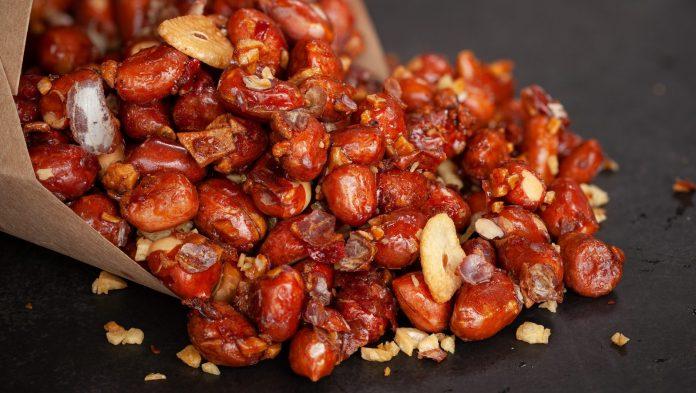 Bật mí cách làm đậu phộng rang tỏi ớt thơm giòn, bùi bùi ăn cực đã