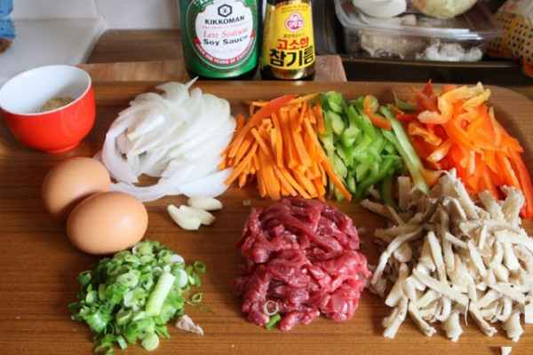 Các nguyên liệu cho món miến trộn Hàn Quốc